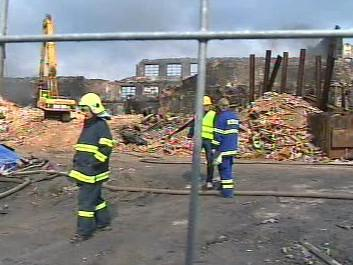 Ve vyhořelém areálu plastovny v Chropyni začala demolice