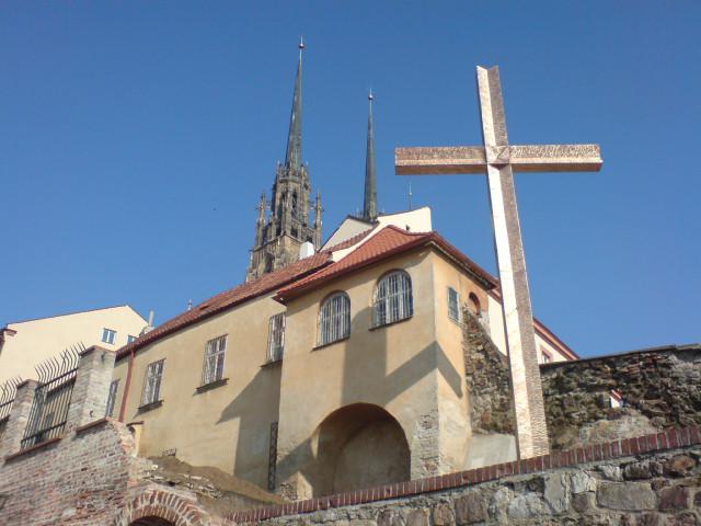 Kříž v Denisových sadech připomíná první návštěvu Benedikta XVI. v Brně