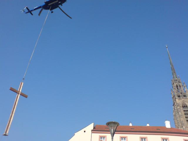 Kříž do Denisových sadů dopravil vrtulník