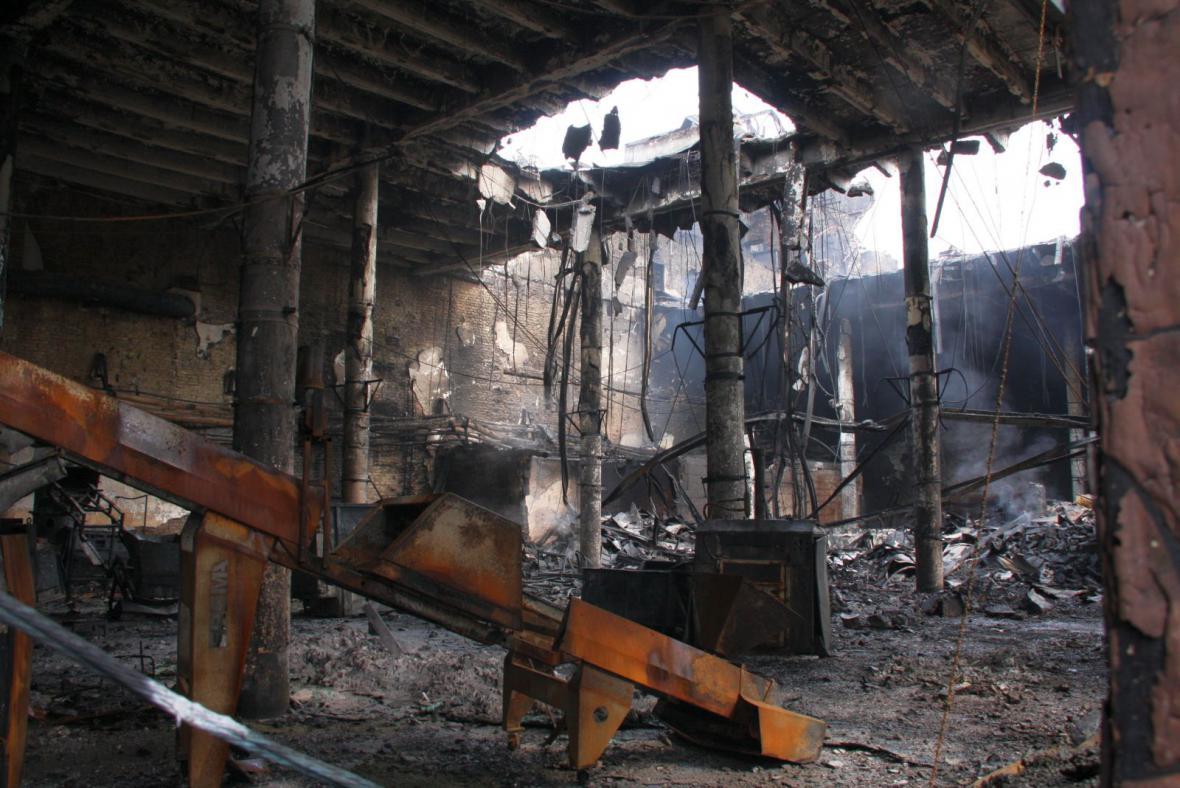 Vyhořelá plastovna v Chropyni