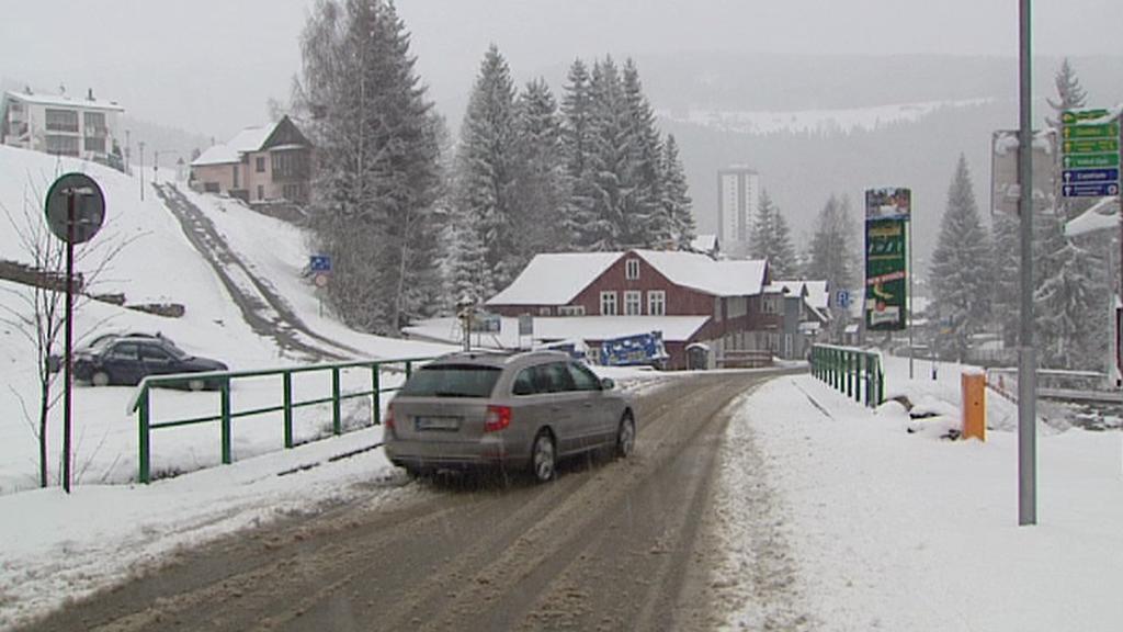 Řidiče překvapil sníh