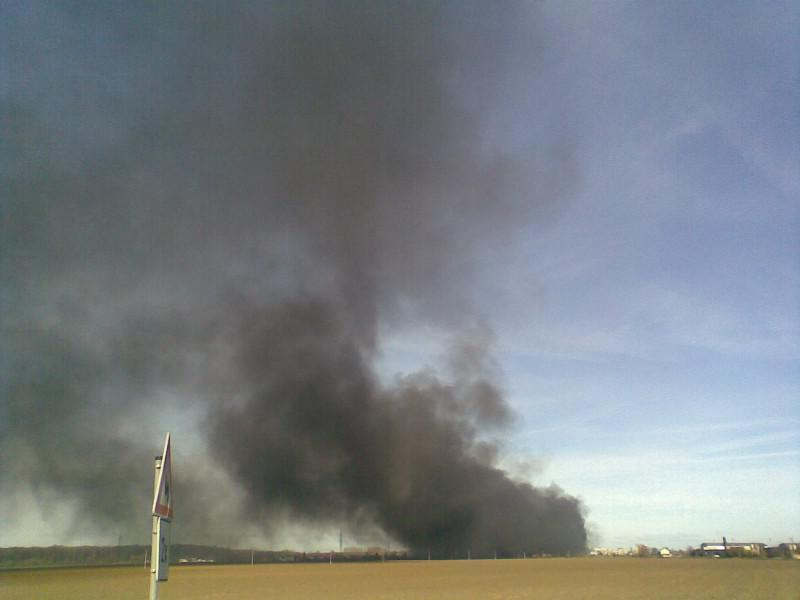Kouř z požáru je vidět z velké dálky