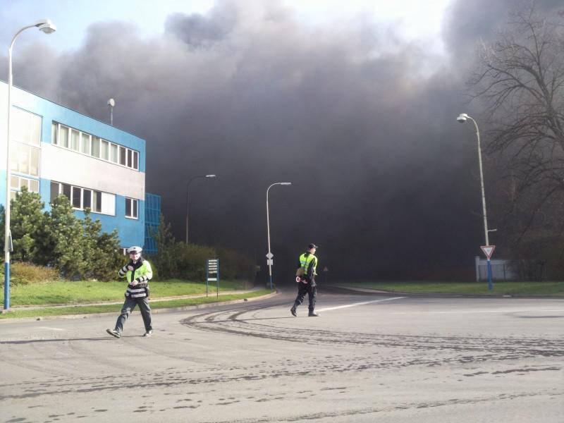 Policie řídí dopravu v místě požáru