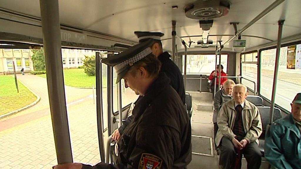 Strážníci v autobuse MHD