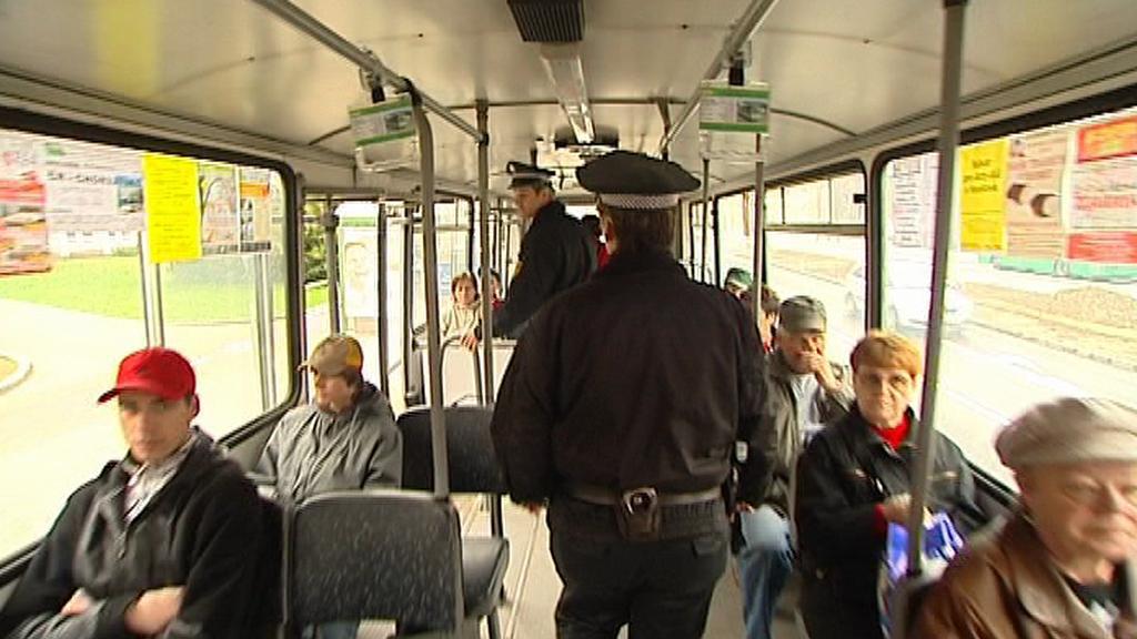 Hlídka městské policie v autobuse