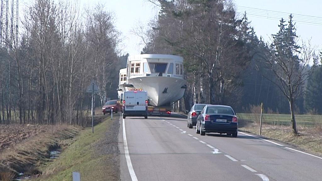 Loď na silnici