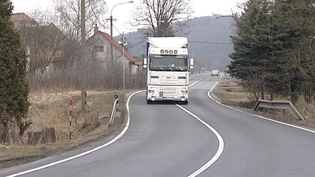 Kamion projíždí obcí