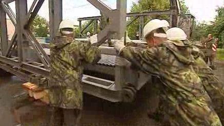 Armáda staví provizorní most - archiv