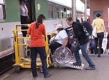 Vozíčkář cestuje vlakem
