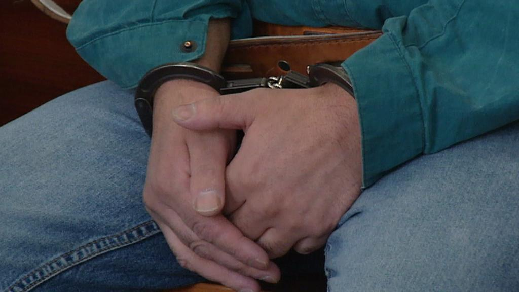Zatčený muž před soudem