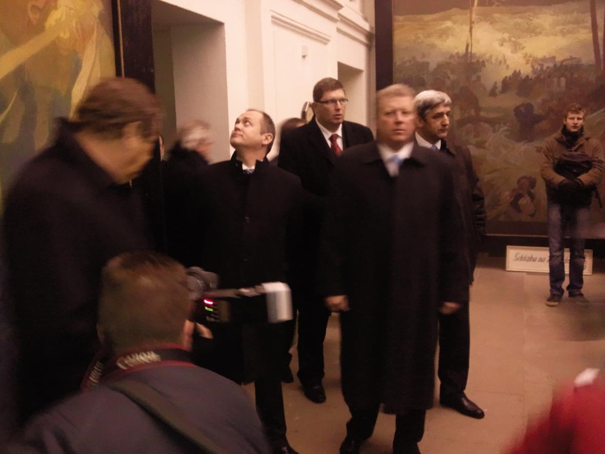 Odpečetění Slovanské epopeje se zúčastnil hejtman Michal Hašek, ministr kultury Jiří Besser, starosta Moravského Krumlov