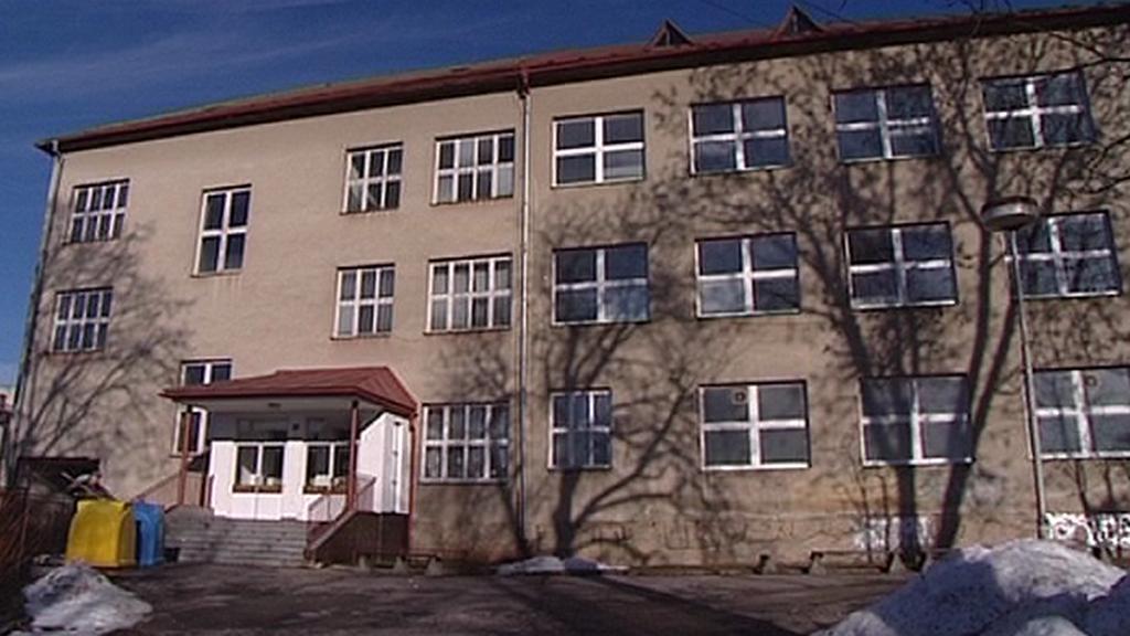 Zchátralá škola