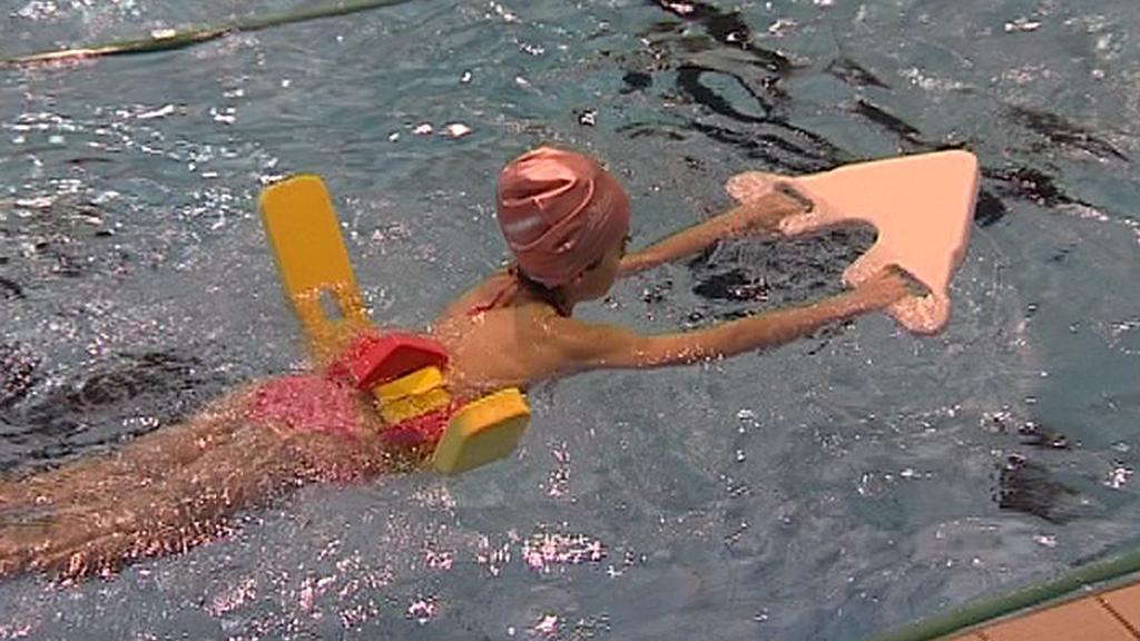 Dítě nacvičuje správný plavecký styl