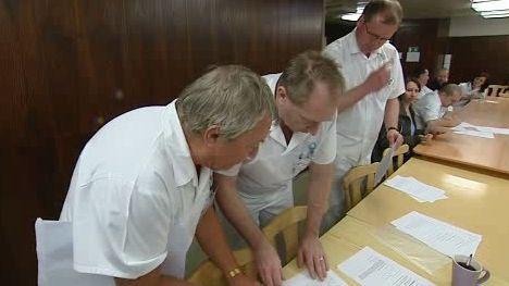 Lékaři podepisují výpovědi