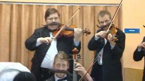 Hudebnící doprovázející klauny