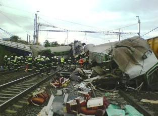 Ve Studénce na Novojičínsku se na vlak zřítil most