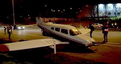 Pilot dokázal přistát na rušné silnici