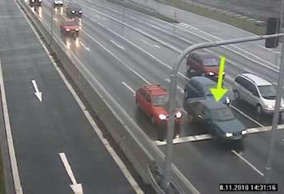 Vůz projíždějící na červenou mezi stojícími auty