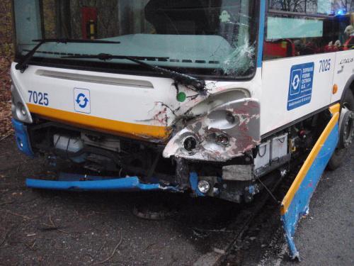 Autobus po střetu s osobním autem