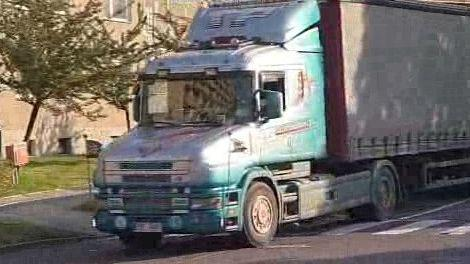 Kamion projíždějící Neředínem