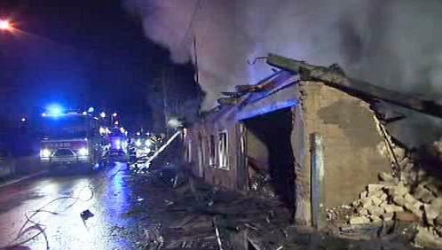 Hasiči likvidují požár domu ve Vítkově