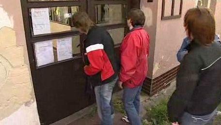 Zaměstnanci před vstupními dveřmi