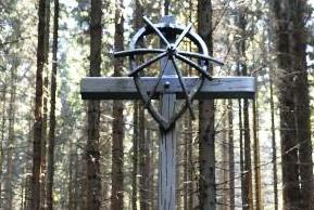 Kříž na místě bývalého sběrného tábora