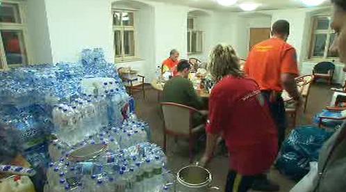 Záchranáři dodávají postiženým pitnou vodu