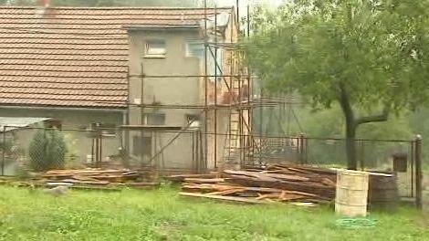 Poškozený dům v Dolních Domaslavicích