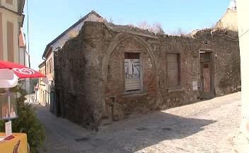 Zchátralý gotický dům