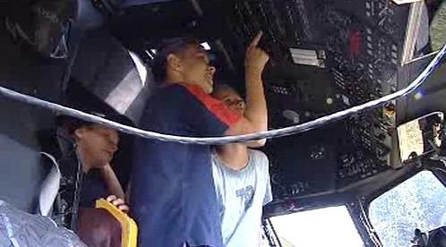 Děti si prohlížejí vnitřek vrtulníku MI24