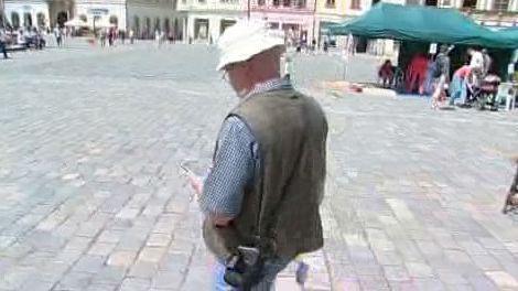 Turista testující navigaci v Olomouci