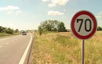 Povolená rychlost oblasti je sedmdesát kilometrů v hodině