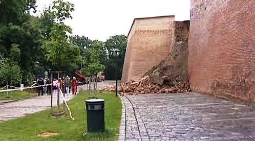 Zřícené hradby na Špilberku