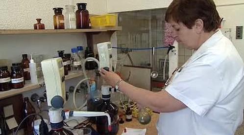 Laborantka při vyhodnocování vzorků