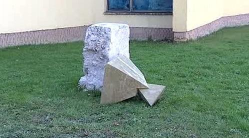 Poničená socha