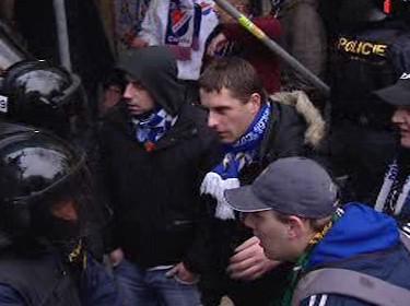Fanoušci Baníku ve při s policistou