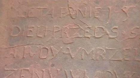 Nápis na náhrobku