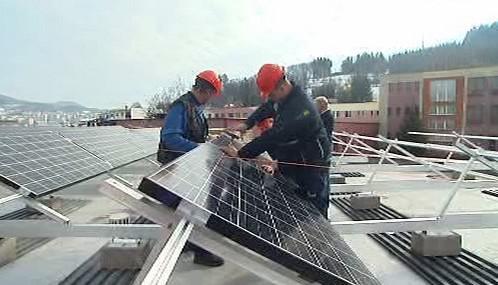 Dělníci instalují solární panely