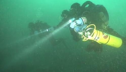 Potápěči při nácviku vyhledávají utonulého