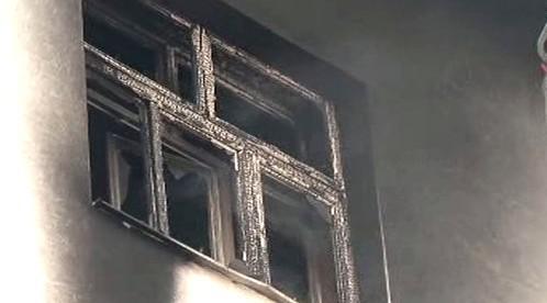 Okno vyhořelého bytu