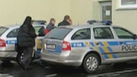 Policisté se zadrženým - policejní záběry