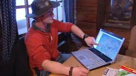 Lumír Drápal ukazuje na mapě svou trasu