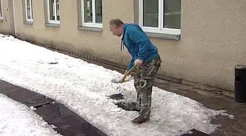 Nezaměstnaný při úklidu sněhu