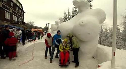 """Obří socha \""""sněhové\"""" ženy"""
