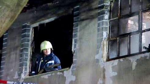 Hasič zasahuje při požáru