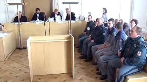 Členové gangu u soudu