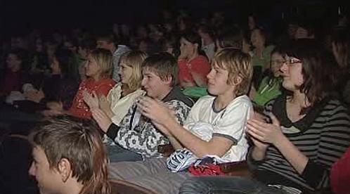 Žáci sledují vystoupení
