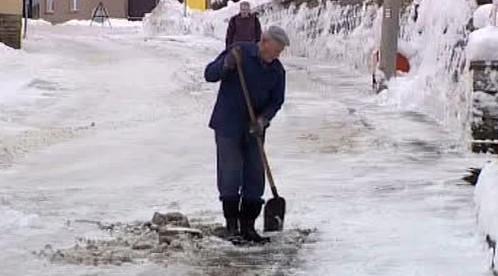 Lidé odstraňují sníh