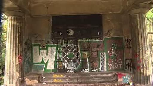 Zdevastovaný interiér mauzolea